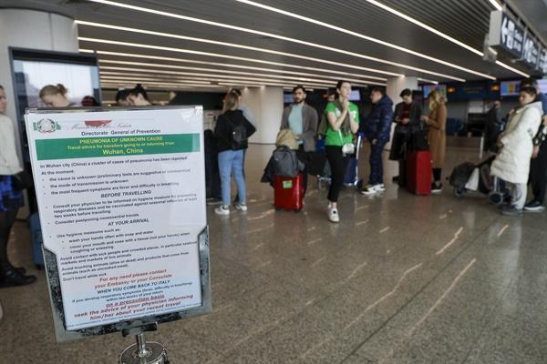 신종 코로나바이러스 감염증 안내문 게시된 로마 공항 중국발 신종 코로나바이러스 감염증 공포가 전세계로 확산하는 가운데 지난 1월 21일(현지시각) 이탈리아 로마 피우미치노 국제공항에 중국 우한 여행객들을 대상으로 주의를 당부하는 안내문이 게시돼 있다.