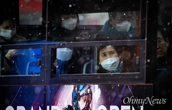 신종 코로나바이러스감염증이 발생해 국내 확산 조치가 상향되고 있는 4일 오전 서울 광화문 일대에 지나는 버스 탑승객들이 마스크를 착용하고 있다.