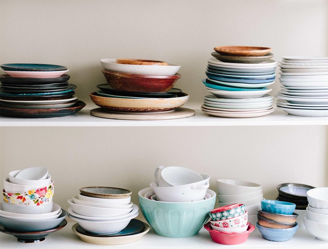 다양한 그릇들   3년전 이사를 할때 엄마는 오래된 낡은 그릇들을 모두 정리했다. 엄마의 삶을 떠올리게 하는 낡은 그릇들이 슬펐던 기억이 난다. 여자들에게 그릇은 어떤 의미일까. 엄마에게 어떤 의미일까.