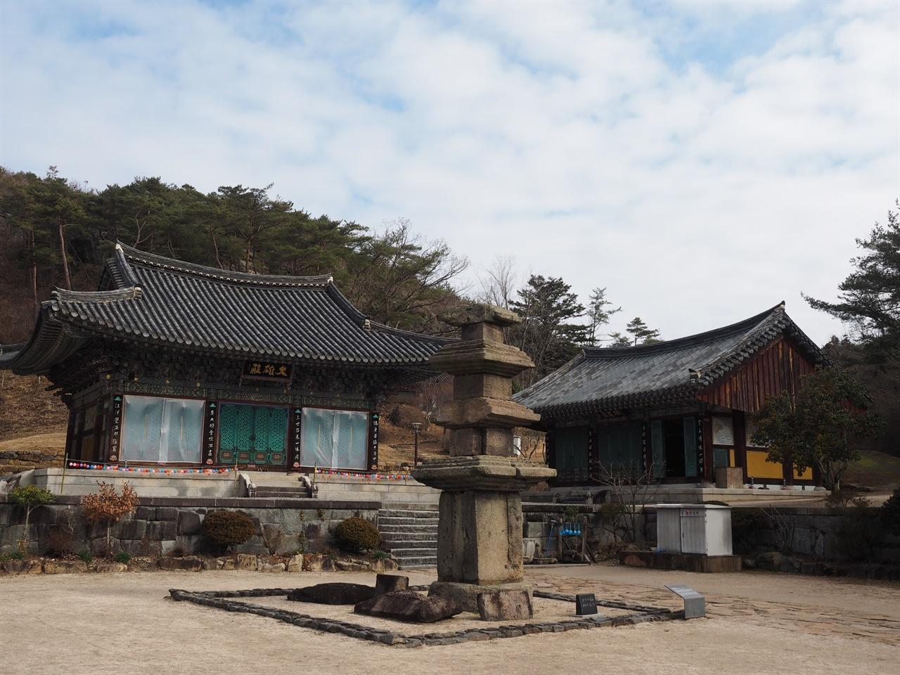 운주사 대웅전 운주사는 1918년 박윤동 군수 등 16명의 시주로 중건되었다. 현재의 전각은 1990년대에 중건한 것이다.