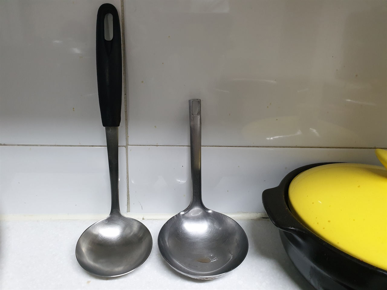 엄마의 주방용품-손잡이 없는 국자  엄마는 손잡이가 없는 국자를 김치통에 넣고 쓰기 좋다고 버리지 않고 지금껏 쓰고 있다.