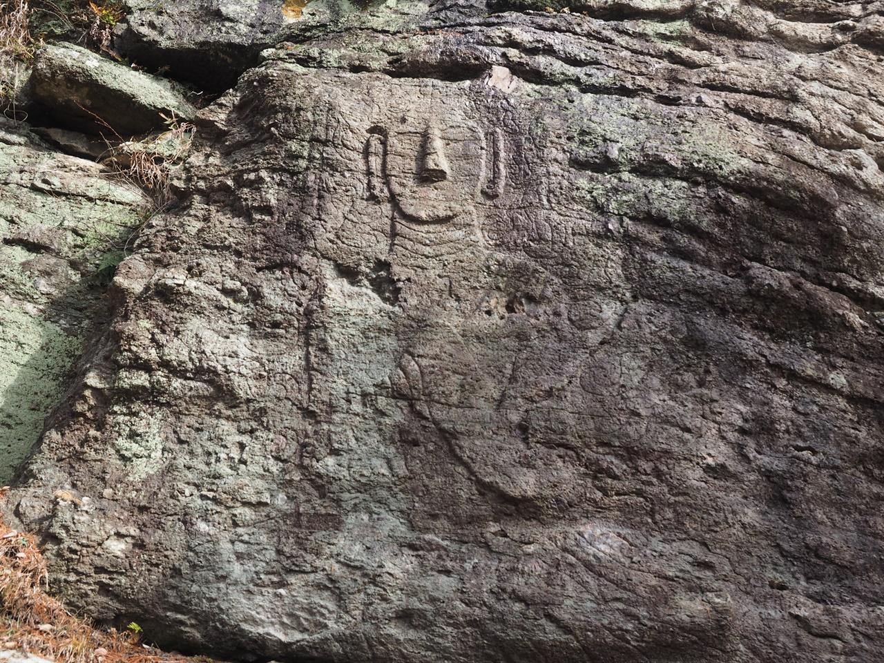 화순 운주사 마애여래좌상 대웅전으로부터 북쪽으로 40미터 떨어져 있는 거대한 바위 벼랑에 새겨져 있다. 운주사 석불군 중 유일한 마애불이다.
