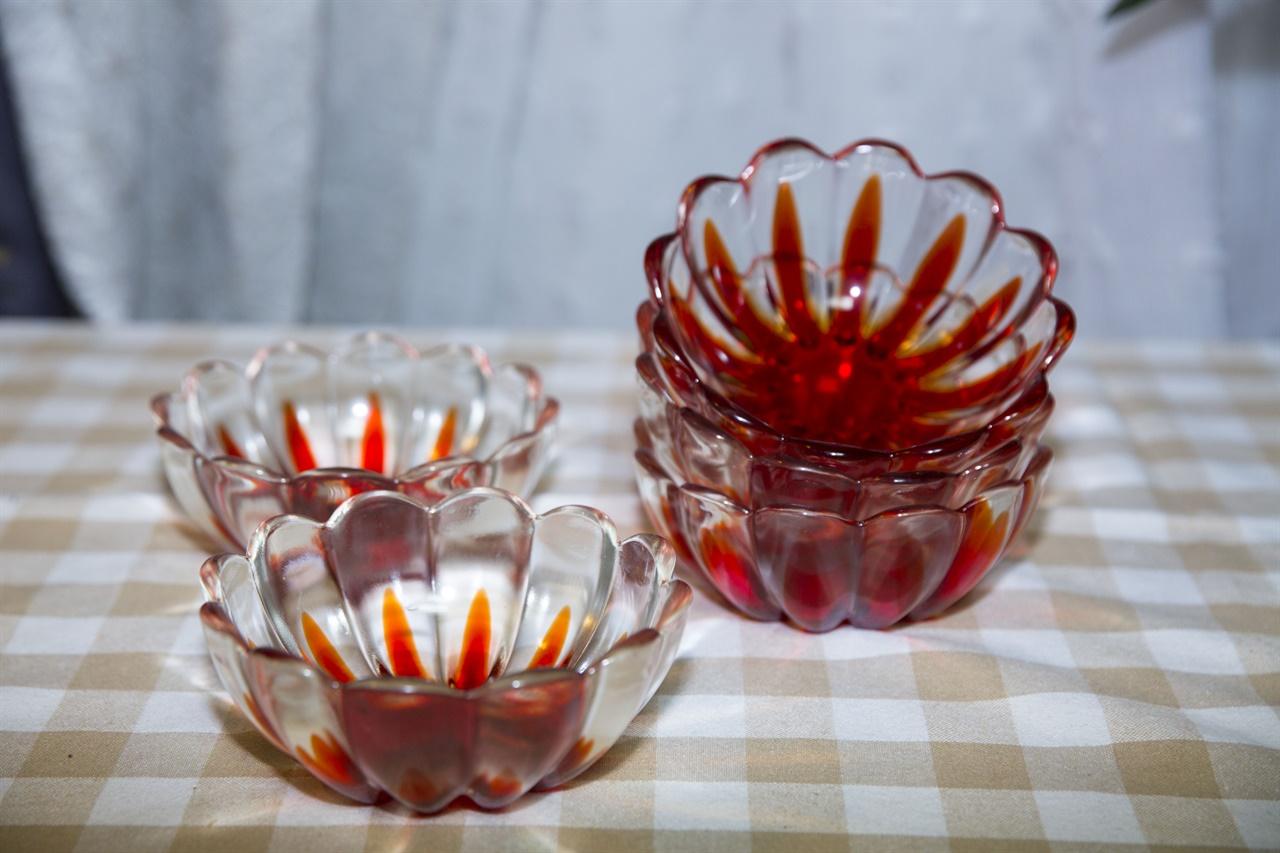 엄마의 화채그릇 3년전 엄마는 평생 써오던 주방그릇들을 정리했다. 무겁고 더 이상 쓸일없다고 버린 화채그릇을 우리집으로 가져왔다.