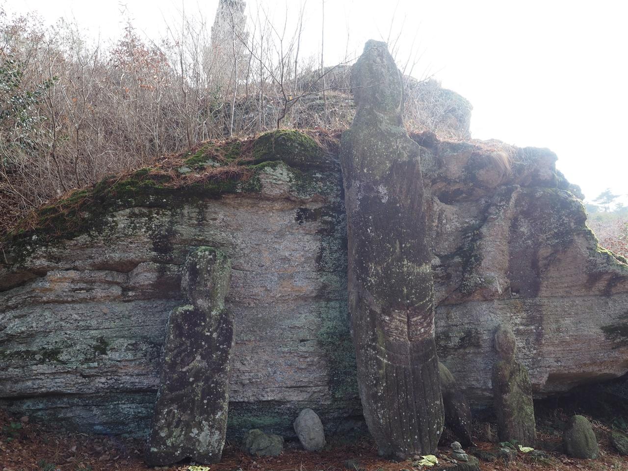 운주사 석불군 다 운주사 동쪽 산등성이 암벽 좌우에 위치하며 오른쪽에는 불두 5편, 석불 입상 3구가 있다. 이 중 가장 큰 석불 입상은 세 조각으로 파손된 것을 1993년 보수하여 세워놓은 것이다.