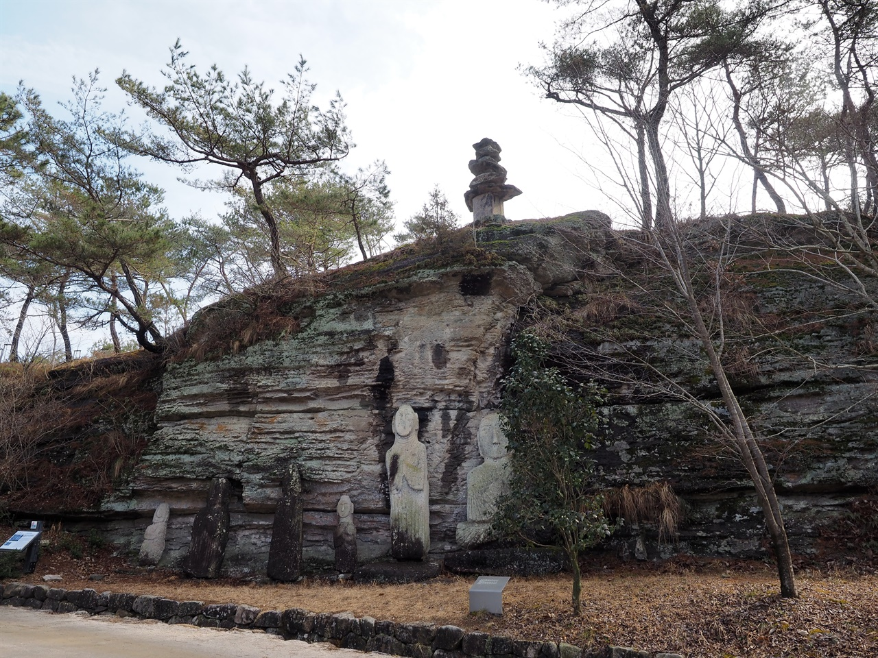 운주사 석불군 가 운주사 입구 9층석탑 동쪽에 있다. 1984년 발굴조사 당시 맨 오른쪽 불상 대좌 뒤편에서 8~9세기 것으로 추정되는 금동 불상과 여래 입상이 출토되었다.