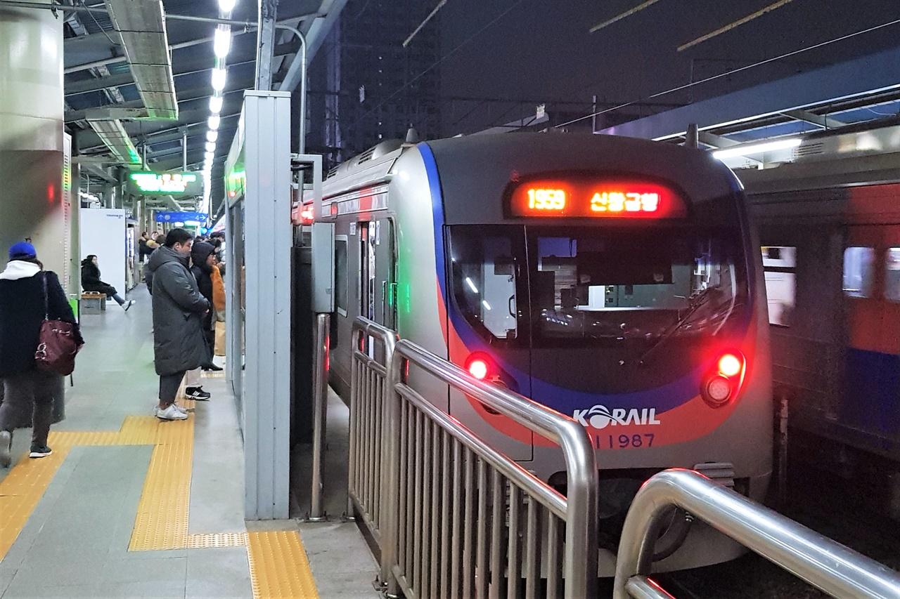 서울 지하철 1호선의 경부선 급행열차 모습. 개편 이후 도리어 '뜨거운 감자'가 되었다.