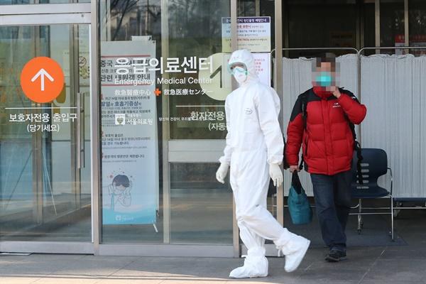 3일 오전 세 명의 신종 코로나바이러스 감염증 확진자가 입원 중인 서울 중랑구 서울의료원에서 신종코로나 의심환자가 의료진과 함께 선별진료소로 향하고 있다.
