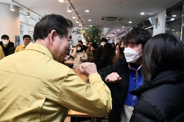 박원순 서울시장(왼쪽)이 4일 동대문구 서울시립대학교 생활관에서 열린 신종코로나 바이러스 관련 간담회에서 만난 학생들과 '팔꿈치 인사'를 하고 있다.