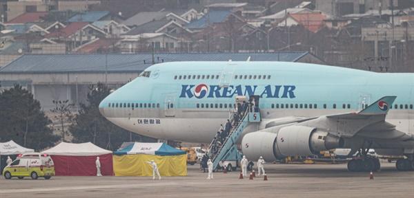 중국 후베이성 우한에 거주 중인 교민들을 태운 2차 전세기가 1일 오전 김포공항에 도착해 탑승자들이 트랩을 내려오고 있다.