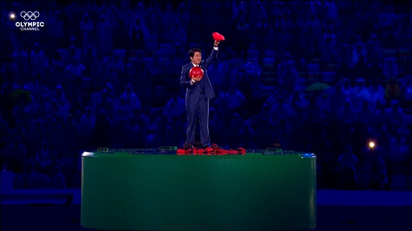 2016년 리우올림픽 폐막식에서 슈퍼마리오 복장을 하고 등장한 아베 신조 일본 총리.