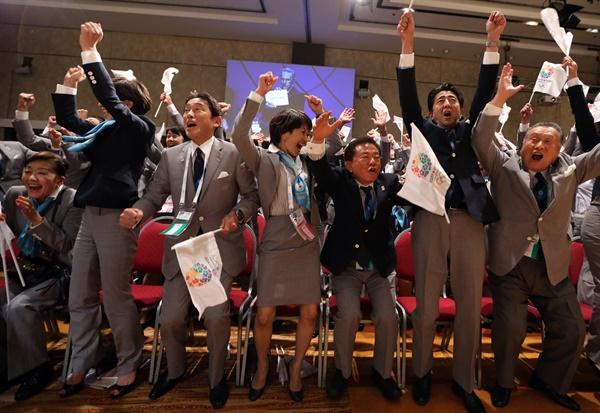 지난 2013년 2020년 도쿄 올림픽 개최가 확정된 뒤 아르헨티나 부에노스아이레스의 국제올림픽위원회(IOC) 총회장에서 도쿄 유치위원회 관계자들이 기뻐하고 있다.