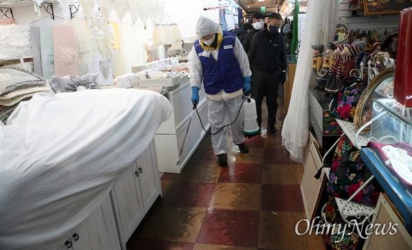 국내 신종 코로나바이러스 감염증 확진자가 18명으로 늘어 가고 있는 가운데 5일 오전 서울 중구 남대문시장에서 방역협회 회원이 바이러스의 전파를 막기 위해 방역 소독작업을 진행하고 있다.