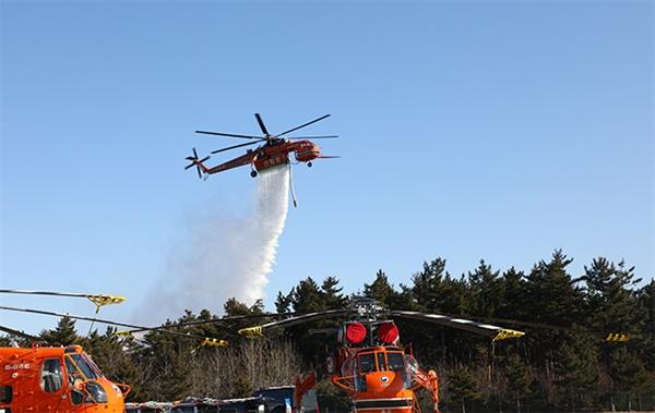 5일 산림청은 동해안에서 발생하는 대형 산불에 대응하기 위해 초대형 진화 헬기를 도입했다. 이 헬기는 대형 헬기보다 한번에 3배가량 많은 8천ℓ의 물을 실을 수 있으며 최고 속도는 시간당 213km, 화물 인양은 9t까지도 가능해 산불 진화에 효율적이다.