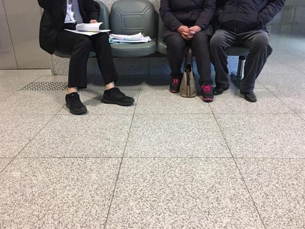 법정 앞에서 재판을 기다리는 김흥태씨 가족들