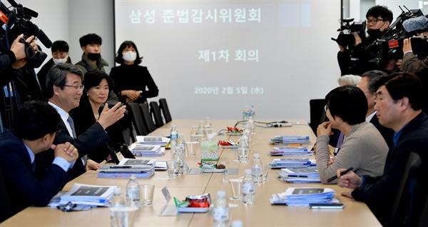 5일 서울 서초구 삼성생명 서초타워에서 열린 삼성 준법감시위원회 첫 회의에서 김지형 위원장이 위원들과 이야기를 나누고 있다.