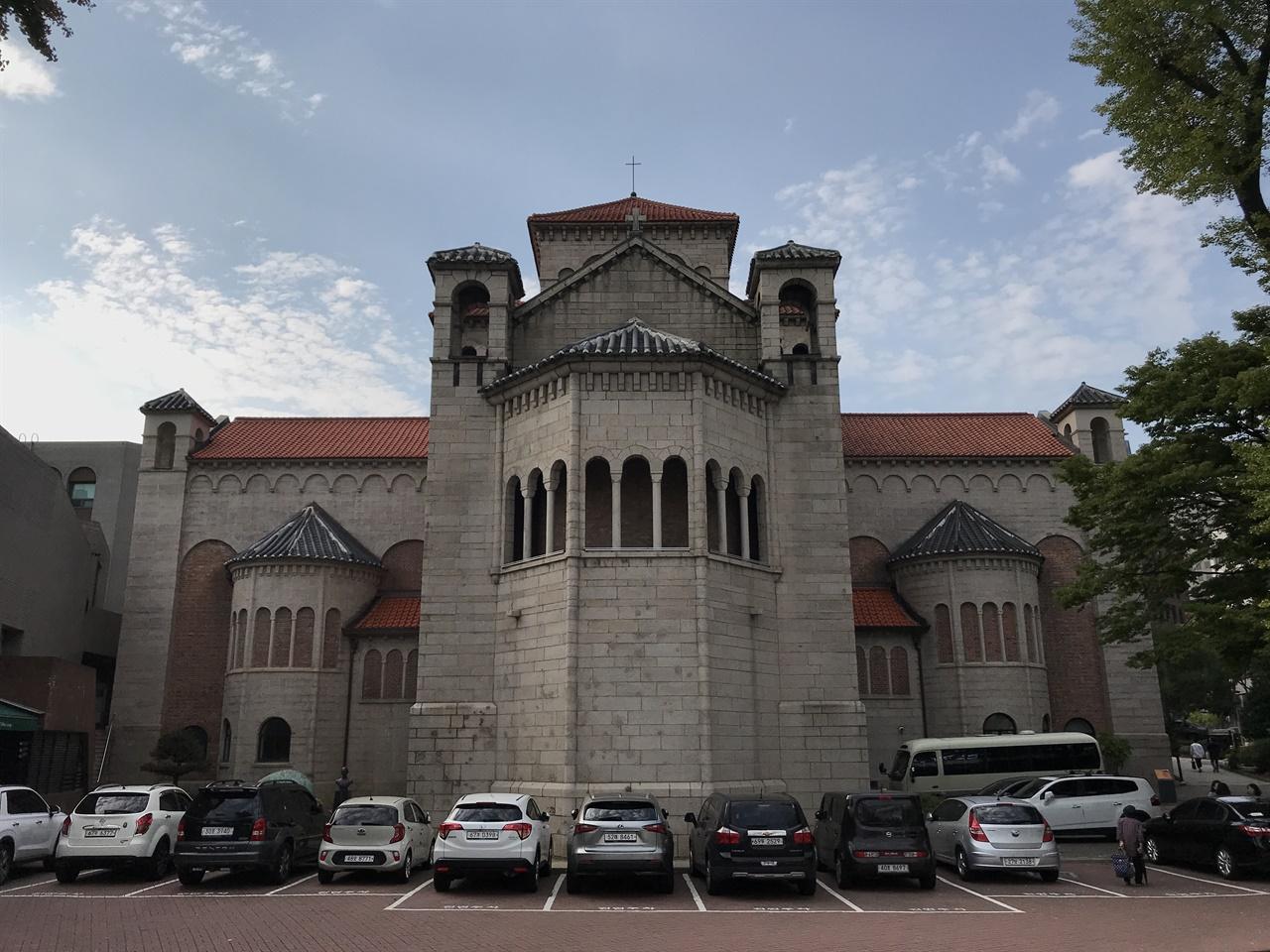 대한성공회 서울주교좌성당 주교좌성당은 1987년 6월 10일 저녁 6시, 42번의 종소리를 울리며 6월 항쟁의 시작을 알린 곳이다. 국민운동본부(국본)의 국민대회도 이곳에서 열렸다. 주교좌성당의 뒤뜰에 '유월민주항쟁의 진원지'임을 알리는 표석이 있는 건 이 때문이다.