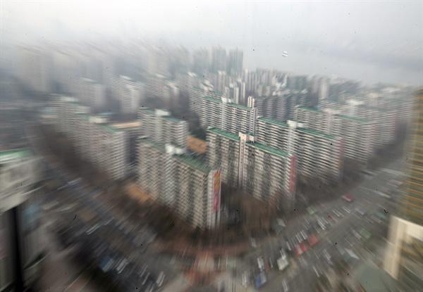 설 연휴를 포함해 2주 연속 아파트값이 하락한 강남 3구는 매수·매도자 간 눈치 보기로 대체로 관망세가 우세했다. 사진은 2일 오후 서울 송파구 아파트 단지 모습. 2020.2.2