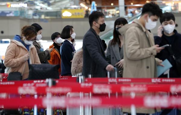 신종 코로나바이러스 감염증 공포가 확산하는 가운데 1월 28일 오전 김해국제공항에서 공항 이용객들이 마스크를 쓰고 있다.