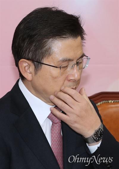 생각에 잠긴 황교안 자유한국당 황교안 대표가 6일 오전 서울 여의도 국회에서 최고위원회의를 주재하며 생각에 잠겨 있다.