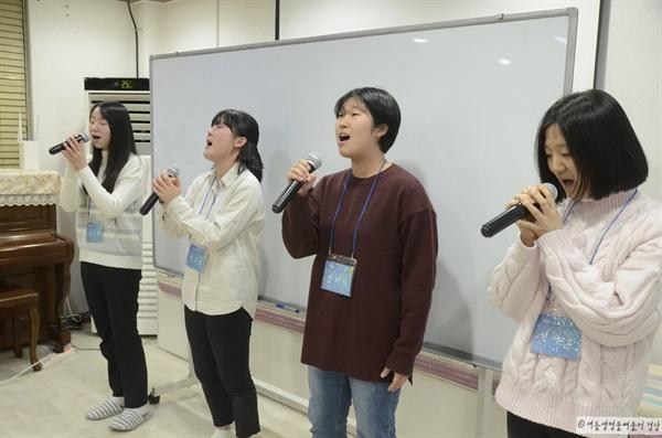 배움터 경당 양의진 학생의 자작곡 <흘러내린다>를 부르고 있는 배움터 경당 친구들. 왼쪽부터 양의진(20), 김고운(20), 이혜인(20), 명다소(17) 학생.