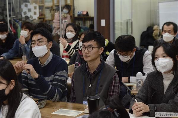 코로나 바이러스의 유행으로 참가자들은 마스크를 쓰고 강의에 참여했다.