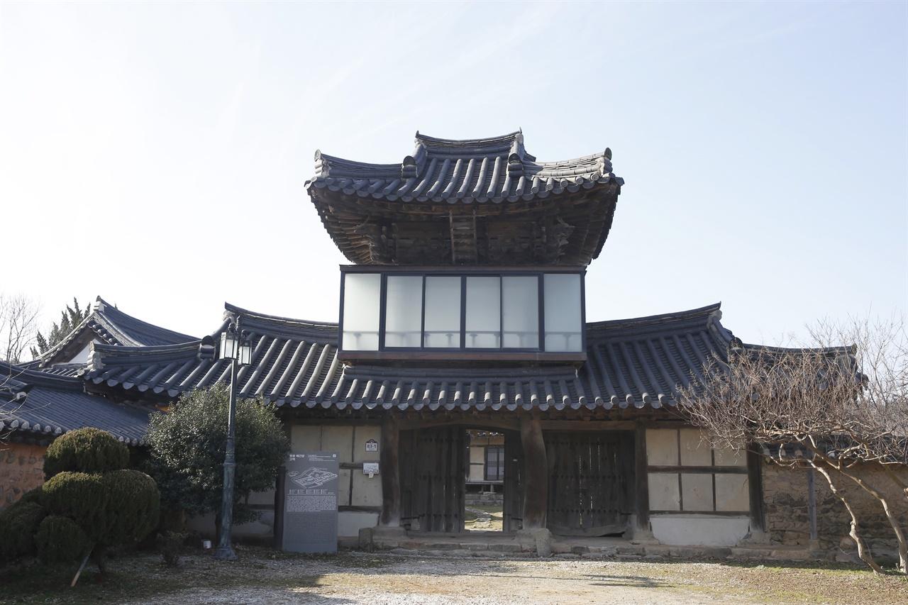 솟을대문이 압권인 영광 매간당 코택의 삼효문. 매간당 고택은 조선 후기에 지어진 연안 김씨 집성촌의 종가이다.