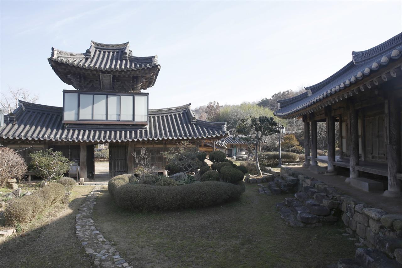 사랑채와 어우러지는 솟을대문 삼효문. 조선 후기에 지어진 연안 김씨 종가로 전남종가를 대표하는 집 가운데 하나다.