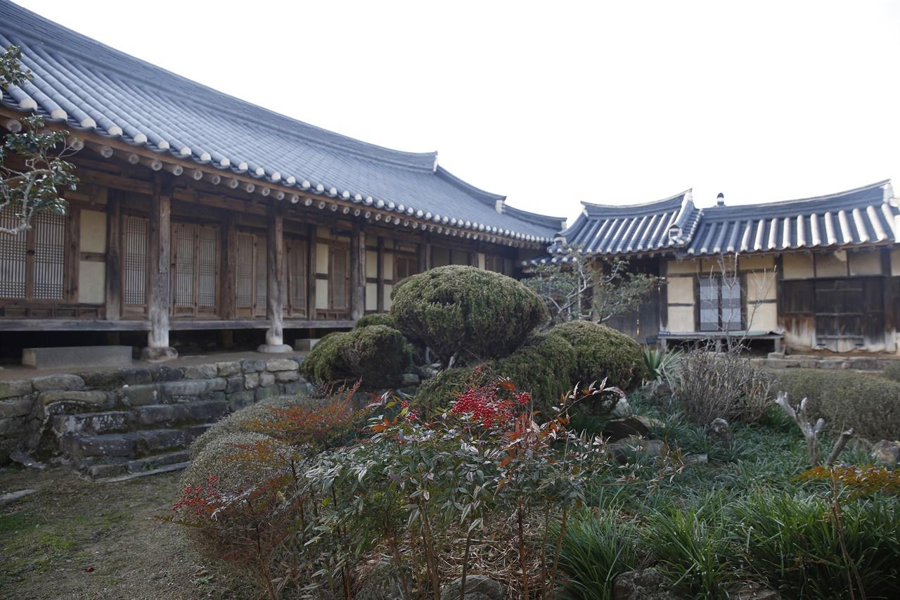 영광 매간당 고택의 사랑마당. 사랑채와 서당, 마부집, 연못이 한데 모여 있다. 매간당 고택은 연안 김씨 종가의 옛집이다.