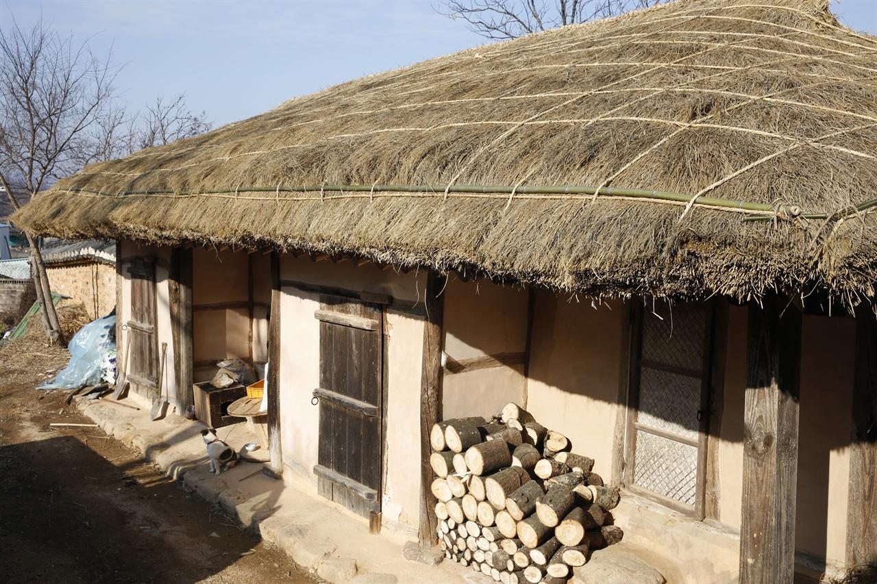 영광 매간당 고택에 딸린 초가. 뒤뜰로 나가면 2동의 초가집이 있다. 옛날 머슴들이 살던 집이다.