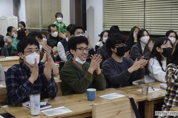 참가자들이 배움터경당 학생들의 노래를 듣고 박수를 치고 있다. 브라보!