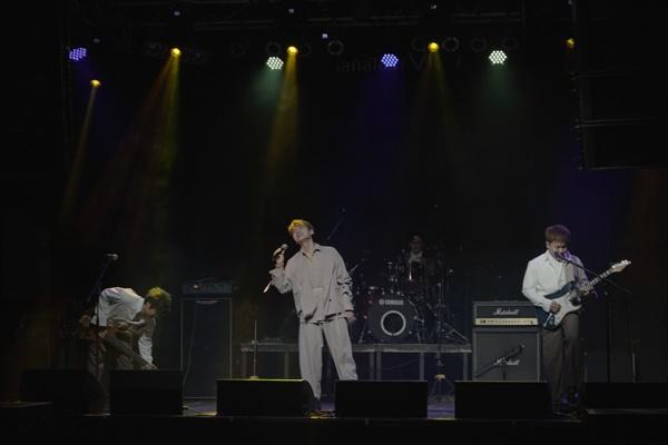 밴드 하이브로의 쇼케이스. 보컬 동하, 기타 배상재, 베이스 윤장현, 드럼 슬로우 폴.
