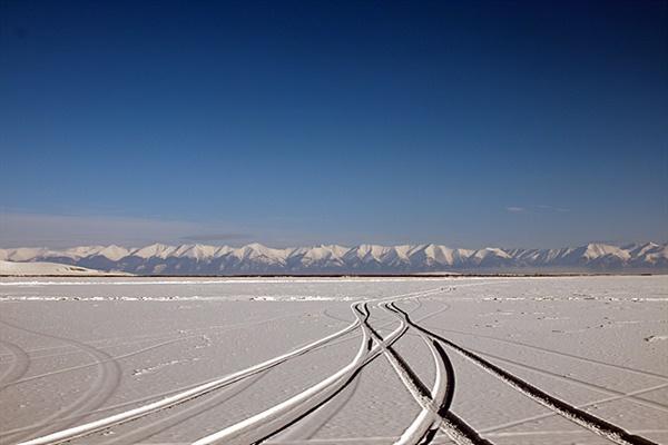얼어붙은 차강노르 호수 위를 차타고 달리며 본 몽골의 겨울 풍경. 눈덮힌 산맥을 넘어서면 홉스글 호수가 있다.  호수는 1m이상 얼어붙어 차량 통행이 가능하다.
