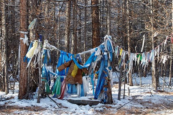 차탕족 마을로 가던 길 옆에는 샤먼이 제례를 지냈던 흔적과 하닥이 걸려있었다.  하닥은 몽골사람들이 신성한 장소나 신성한 나무 등 신앙대상물을 장식하는 데 사용하는 가늘고 긴 비단 천을 말한다.