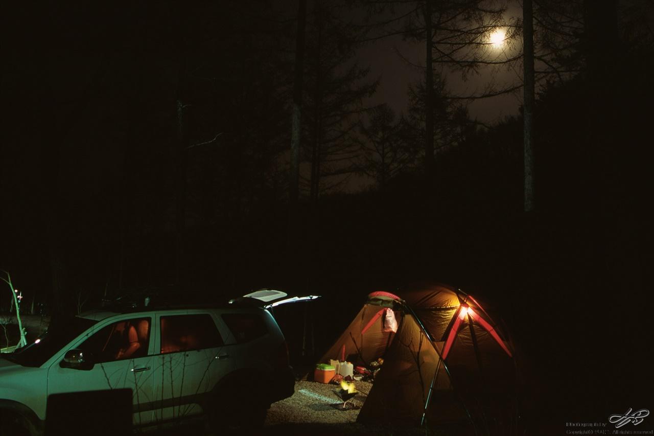 야영장에 뜬 보름달 (ContaxS2/RDP3)나뭇가지 사이로 쏟아지는 달빛이 아름다워 숯에 불을 붙이다 말고 삼각대에 카메라를 올렸다.