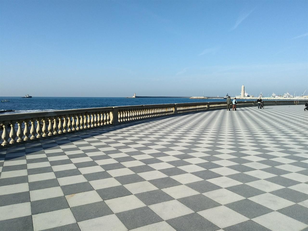 이탈리아의 발코니, 리보르노 해안 일망무제의 지중해 풍경이 펼쳐지는데, 맑은 날이면 나폴레옹의 고향 코르시카 섬까지 보인다고 한다.