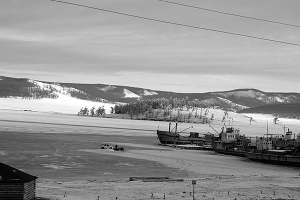 영하 40도 가까운 날씨에 몽골에서 가장 아름다운 곳 중 하나인 홉스글 호수가 얼었다. 두께 1m이상의 얼음이 얼어 배가 얼음 속에 갇혔고 얼음을 깨고 고기잡기 위해 자동차 타고 온 낚시객을 실은 자동차가 호수 위를 쌩쌩 달렸다
