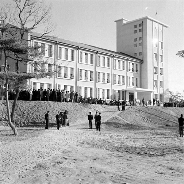 연세대학교 용재관 '용재관'은 연세대학교가 개교 이래 처음으로 독립 건물로 지은 도서관이다. 1957년 11월 23일 개관한 건물을 연희대학교와 연세대학교 초대 총장을 지낸 백낙준을 기려 '용재관'이라 명명했다. 지금은 철거되었고 용재관 자리에 경영관이 건립되었다.