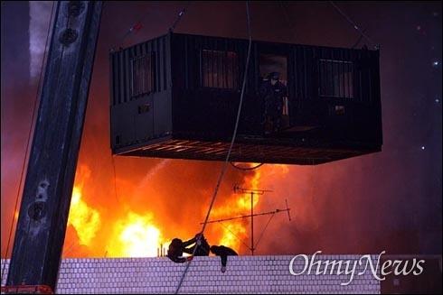 섶을 지고 불길로 뛰어든 경찰 2009년 1월 용산 재개발지역 철거민을 경찰이 강제진압하는 과정에서 농성 가건물이 화재로 붕괴하면서 철거민 5명과 경찰특공대 1명이 사망한 참사가 발생했다.