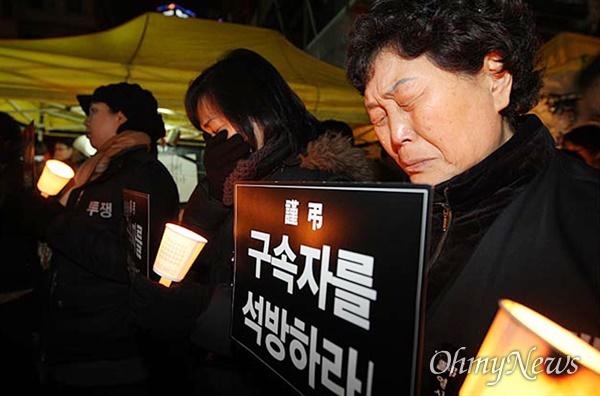 2009년 1월 28일, 전국철거민연합회 회원들과 시민들은 서울 용산구 신용산역 부근 참사 현장에서 열린 추모집회에 참석해 경찰의 강제진압에 사망한 고인들을 추모하며 눈물을 흘렸다.