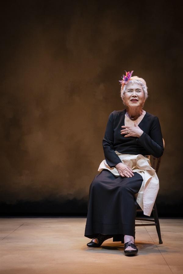 예술의전당 자유소극장에서 공연 중인 <박정자의 배우론-노래처럼 말해줘>는 박정자의 연기 인생 58년을 담은 1인극이다.