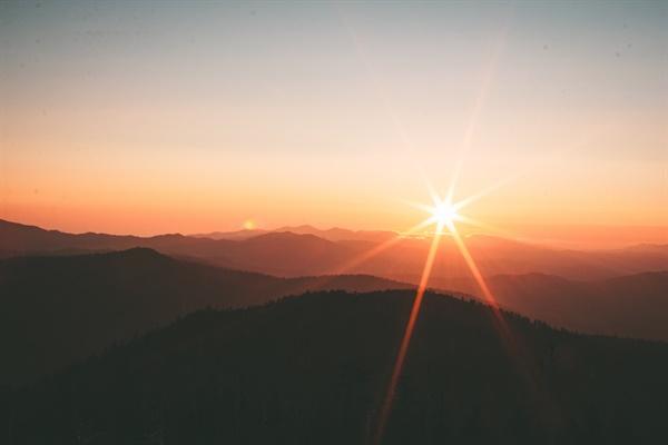라야(Laya) 요가는 우주와 자연의 특정한 에너지에 내 존재를 완전히 용해시켜 혼연일체를 이루는 수련 방법이다. 우리가 대자연의 숭고한 광경이나 지극한 아름다움에 압도당할 때 잠시나마 내 존재를 잊어버리고 나와 자연이 하나가 된 느낌을 갖게 되는데, 이러한 상태로 더 깊게 집중해서 들어간다면 라야 요가 수련이 될 수 있다.