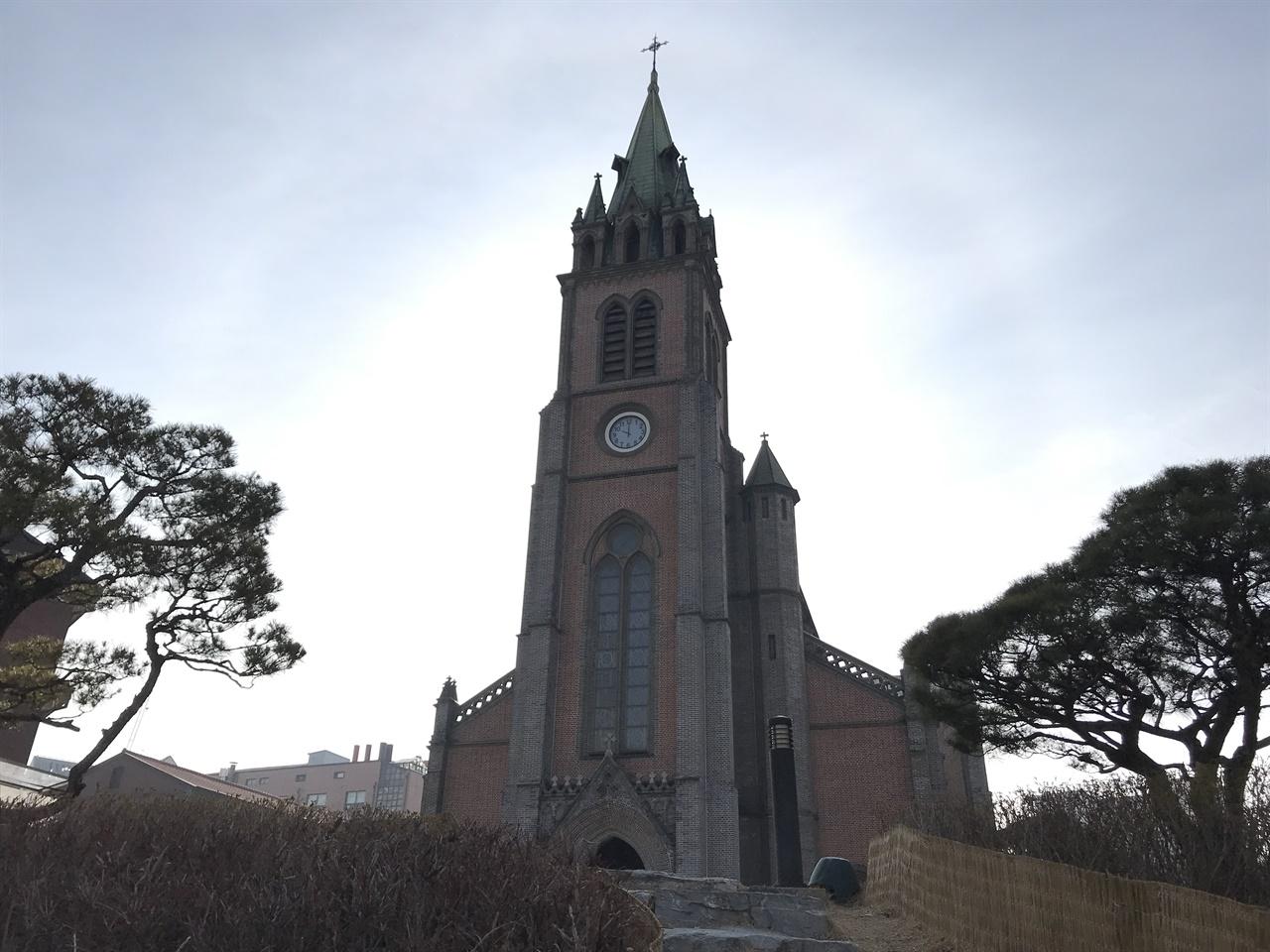 명동성당 한국 천주교를 대표하는 성당이자 건축물. 성당이 세워진 자리는 김범우의 집터로 이승훈이 세례를 주던 곳이다. 고딕 양식으로 지은 명동성당은 약현성당을 설계한 코스트(E. J. G. Coste) 신부가 설계했다. 명동성당은 1892년 공사가 시작되어 1898년 5월 완공되었다.
