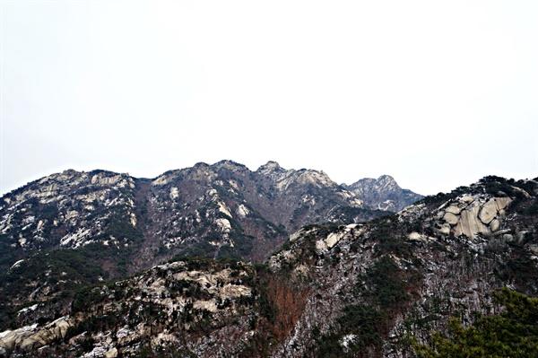 잔설이 남아있는 북한산 풍경