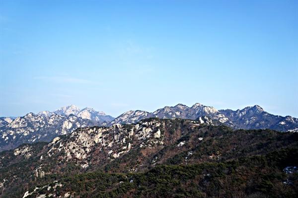 비봉 옆 전망대에서 바라본 북한산. 백운대에서 보현봉까지 조망된다.