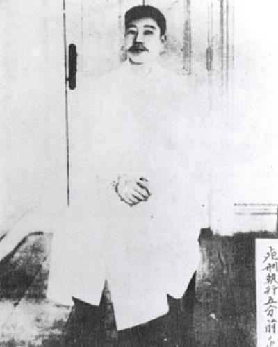 사형 직전 어머니(조마리아 여사)가 하얀 명주천으로 지어 보낸 수의를 입고 있는 안중근 의사
