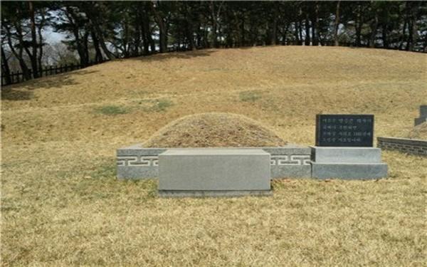 서울 용산구 효창공원 삼의사(이봉창, 윤봉길, 백정기) 묘역에 조성되어 있는 안중근 의사의 가묘, 작년 3·1 운동 100주년을 맞아 묘비를 새롭게 단장했다