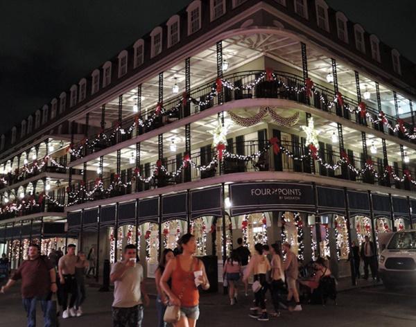 프렌치 쿼터 '버번 거리(Bourbon Street)' 한 가운데 있는 '로열카페'