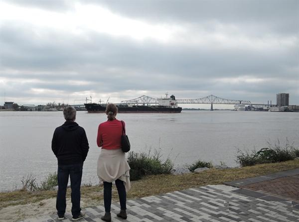 뉴올리언스에는 '미시시피강'이 흐른다. 멀리 다리와 화물선이 보이다. 19세기에는 증기선의 드나들었단다