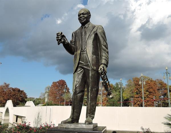 '루이 암스트롱' 공원에 서 있는 그의 동상