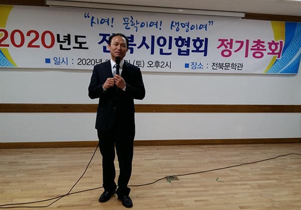 김현조 전북시인협회 회장 인사말  2월 8일 전북시인협회 제8대 회장 선거에서 당선된 김현조 시인이 인사말을 하고 있다.